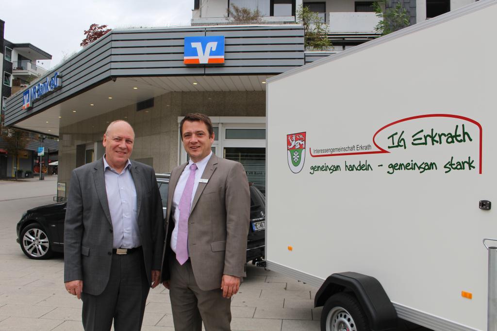 Wolfgang Cüppers (links) von der IG Erkrath freut sich über die finanzielle Unterstützung der VR Bank, vertreten durch Bereichsleiter Alexander Rusche Foto:tb