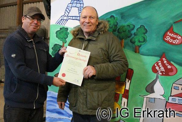 Wolfgang Cüppers (rechts) überreicht Ralf Buchholz die Urkunde zur Ehrenmitgliedschaft